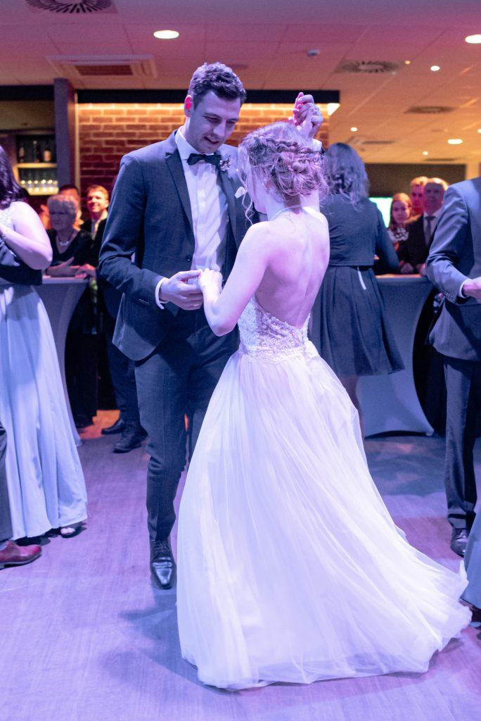 Hochzeitspaar tanzt im Penthouse Neustadt